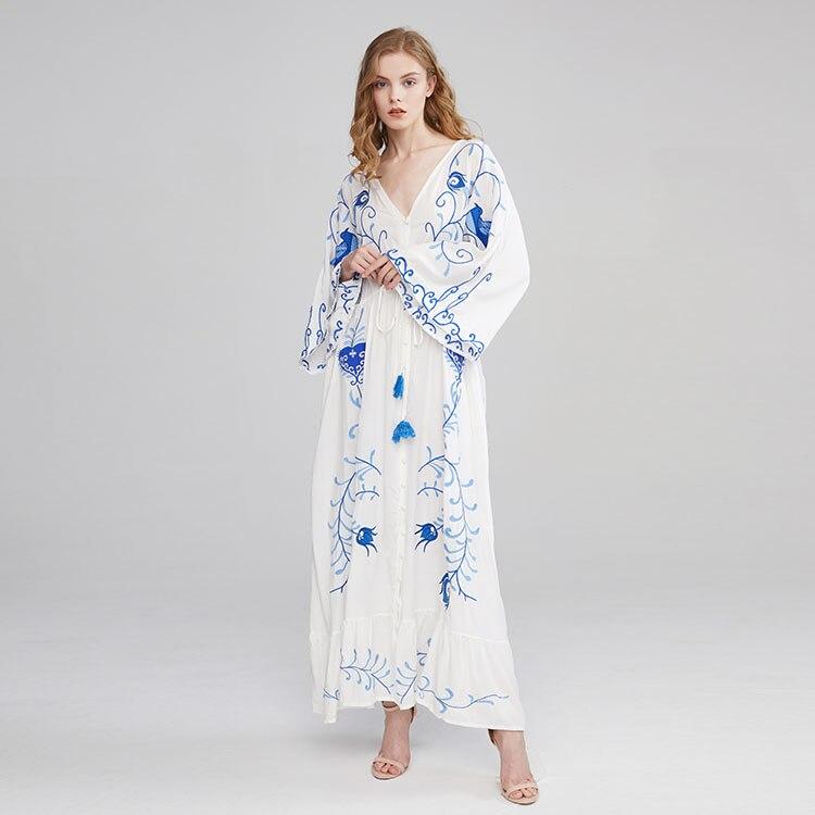 (Faire) broderie de fleurs de bohême évider le dos sur la robe de déesse