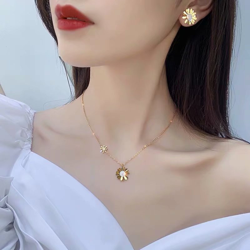 Small wrinkle chrysanthemum female cold wind titanium steel non-fading short clavicle chain tide net celebrity design neck chain