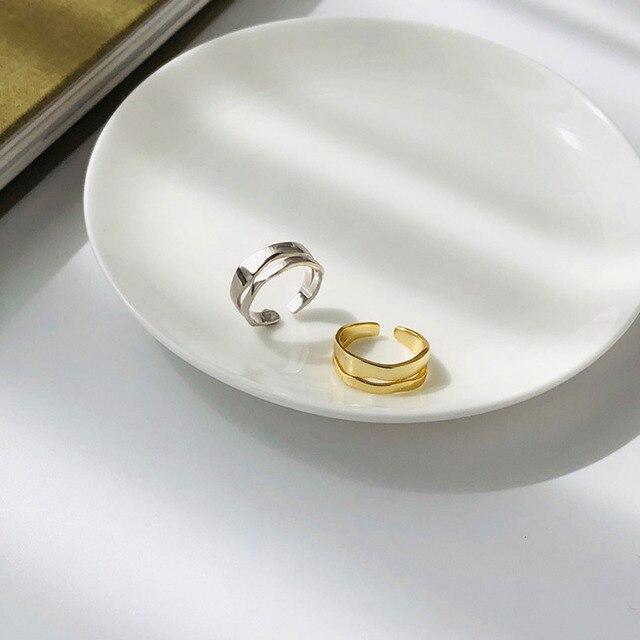 женское кольцо с геометрическим рисунком из серебра 925 пробы фотография