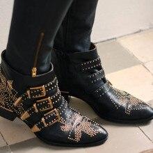 Шикарный стиль; женские ботинки с заклепками; черные кожаные мотоциклетные ботильоны с пряжкой; Женские ботинки в стиле панк; ботинки «Челси» с острым носком;