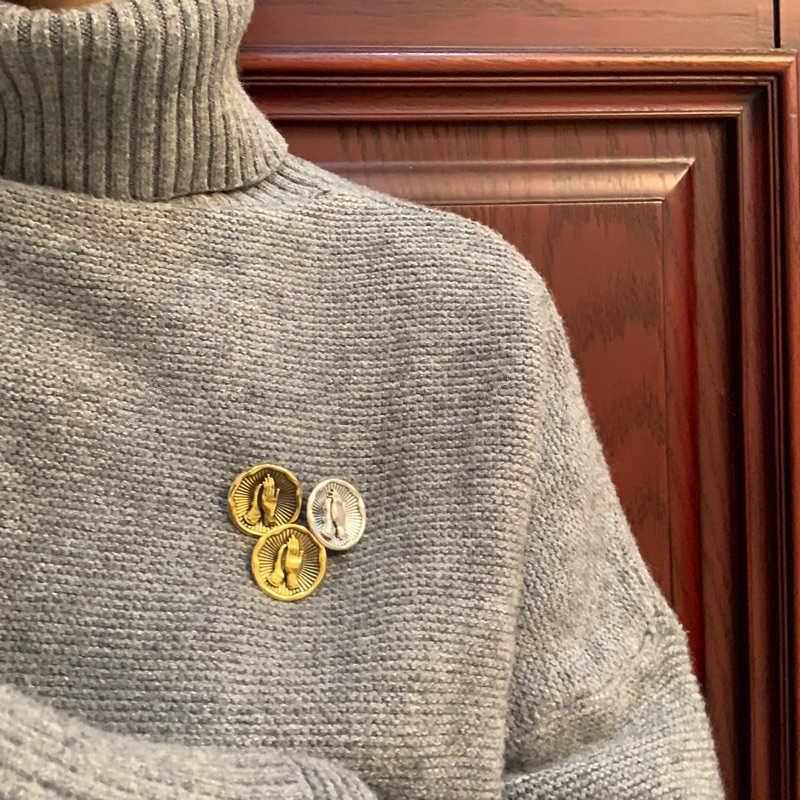 Aomu 1 pc vintage broche de metal ouro prata emblema mãos padrão broches pinos para feminino liga acessórios jóias