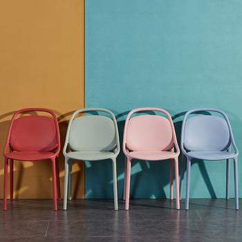 Nordic krzesła plastikowe dla dorosłych nowoczesny minimalistyczny stołek z powrotem krzesła do jadalni leniwy kreatywny wypoczynek domowe stoły do jadalni i krzesła tanie i dobre opinie Nowoczesne Salon krzesło Meble do salonu Europa i ameryka Z tworzywa sztucznego Rozrywka krzesło 45cm*83cm Meble do domu