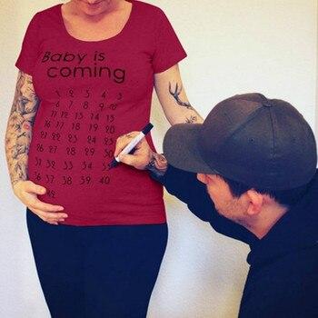 Letra bebé está llegando camiseta de maternidad