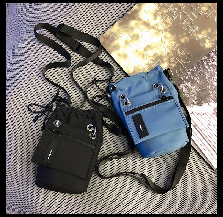 colocar telefone móvel pequeno saco casual casal