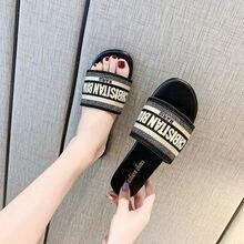 Chinelos planos femininos 2021 verão europeu e americano novo estilo d bordado carta arrastar sandálias de praia casuais