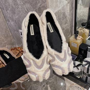 Futrzane buty damskie 2020 zimowe nowe futrzane buty damskie płytkie usta płaskie buty kobieta moda damska luksusowe buty łodzi rhinestone tanie i dobre opinie Bailehou Futro RUBBER Slip-on Pasuje prawda na wymiar weź swój normalny rozmiar Na co dzień Krótki pluszowe Zima Stałe