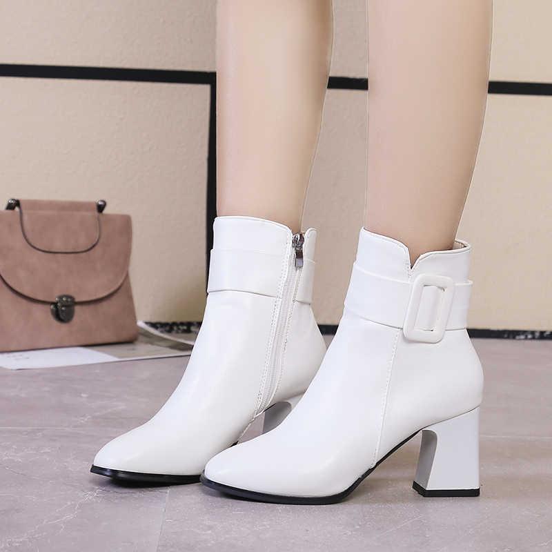 Beyaz siyah kalın yüksek topuk yarım çizmeler kadın 2020 sivri burun tutmak sıcak zarif kısa patik bayanlar ayak bileği toka dekorasyon