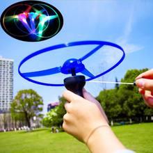 1 pedaço LED Piscando Flying Saucer Disco Brinquedo Hélice Helicóptero de Puxar Corda de Plástico Novo