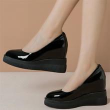 Женские кроссовки из натуральной кожи на танкетке и высоком
