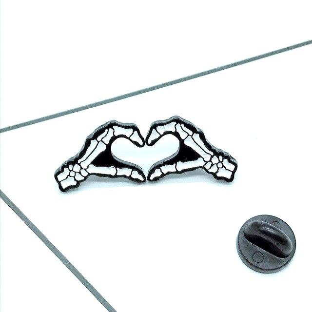 Cartoon odznaki ręka z czaszką serce broszka gest szpilki emalia broszka biżuteria broszki dla kobiet ikona plecak torba Denim kurtki odznaka