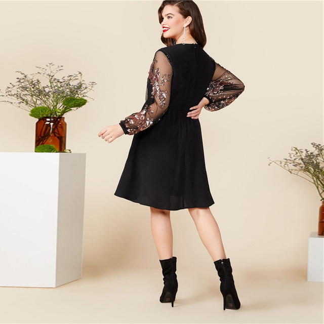 Vestido negro cuello V floral contraste lentejuelas manga flare Tallas Plus 1