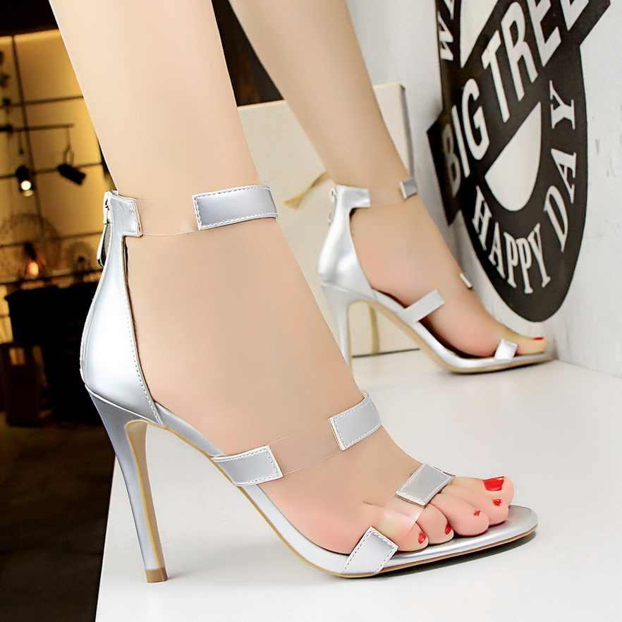 Prata cinza europeu e americano 2020 verão nova palavra fivela oco fino com roma selvagem sandálias de salto alto feminino