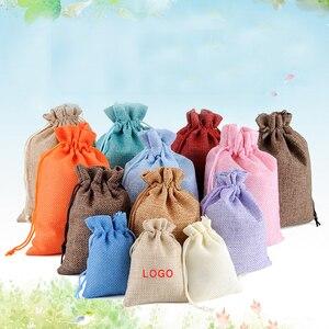100 unids/lote 8x10 cm bolsas y bolsas de lino de tela de yute de arpillera con cordón para regalo de Navidad bolsa de embalaje con logotipo personalizado