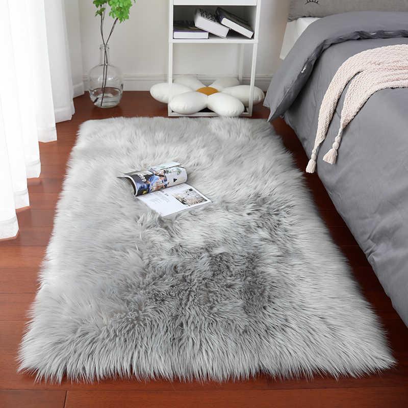 Пушистый серый ковер в Гостиная гостиной в современном стиле с длинным ворсом, ковры из искусственного меха на Спальня и коврик подоконник подушки