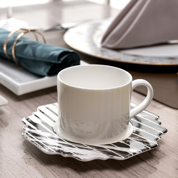 Luxury European Coffee Cups Small Porcelain Tea Cups And Saucer Set With Handle Christmas Filxhan Kafeje Home Drinkware OO50BD
