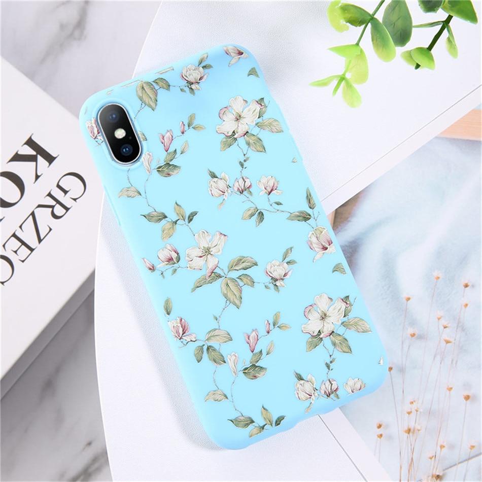 Kolor błękitny z biało-różowymi kwiatami.