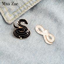 Schlangen Emaille Pin Leben ist kurz, schlange ist lange Broschen Abzeichen Tasche Hemd Revers Pin Schnalle Schwarz Weiß Schmuck Geschenk für Freunde