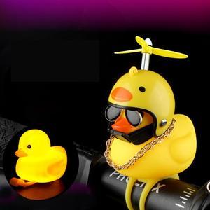 Nova venda bonito pato com capacete quebrado vento pequeno amarelo pato estrada bicicleta capacete do motor equitação ciclismo decoração da sua casa figurinhas
