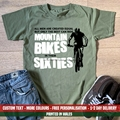Все мужчины равны лучшим ездить на горных велосипедах в их 60-х футболке Забавный 60 подарок