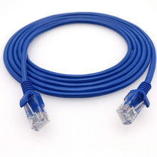 Cabo de rede azul do lan cat5e da internet dos ethernet para o roteador do modem do computador
