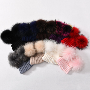 Image 4 - Mùa đông Thật Lông Bóng Bò Nữ đi Nữ Lông Tơ Đôi Tự Nhiên Gấu Trúc Lông Pom Pom Skullies Bò Nón 2 bộ lông Pompom
