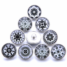 10pcs/lot New Mixed Black and white 18mm Glass Snap Buttons Jewelry Glass Cabochon Fit 18mm Snap Bracelet Bangles Necklace 10pcs lot mixed animal leather 18mm glass snap buttons jewelry glass cabochon fit 18mm snap bracelet bangles necklace 020916