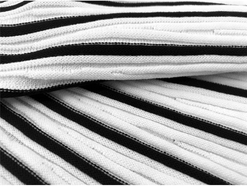 Pull tricoté à manches longues col roulé