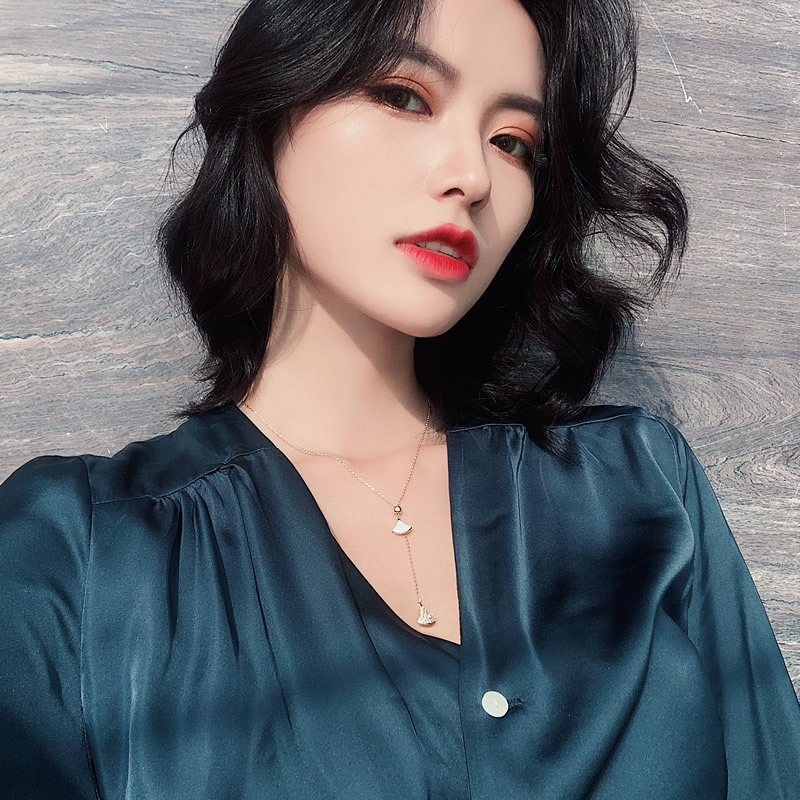Micro-inlaid light luxury fan-shaped necklace Korean classic popular clavicle chain adjustable ladies style necklace