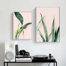 Светильник с розовым и зеленым растительным орнаментом используется