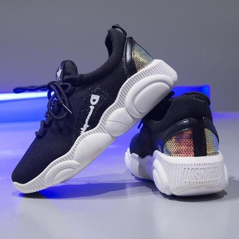 Для женщин белый Повседневное кроссовки светильник с подошвой из вулканизированной обувь Vogue подошвой и украшением в виде спортивные