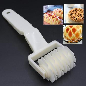 Duży rozmiar obcinacz do rolek do pizzy foremka do wykrawania ciasteczek narzędzia do pieczenia ciasta nóż do pieczenia tłoczenie wałek do ciasta kratkowany rzemieślniczy nóż do cięcia tanie i dobre opinie CN (pochodzenie) Siekacze do ciasta Z tworzywa sztucznego Narzędzia do pieczenia i cukiernicze CE UE