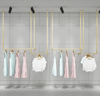 En la tienda de ropa dorada se muestra un collar de paredes, un techo colgante, un perchero, un estante u.
