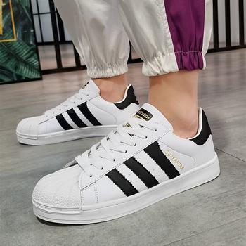 Białe trampki mężczyźni buty 2020 marka moda obudowa Toe oddychające przypadkowi pary buty wulkanizowane człowiek Sport Chaussure Homme Tenis tanie i dobre opinie WHOSONG Płytkie Stałe Dla dorosłych NONE Lato 5721 Lace-up Niska (1 cm-3 cm) Pasuje prawda na wymiar weź swój normalny rozmiar