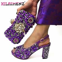 成熟したスタイルで紫色アフリカ女性 Shoeos とバッグはスリングバックサンダル輝くについて crytal クリスマスパーティー