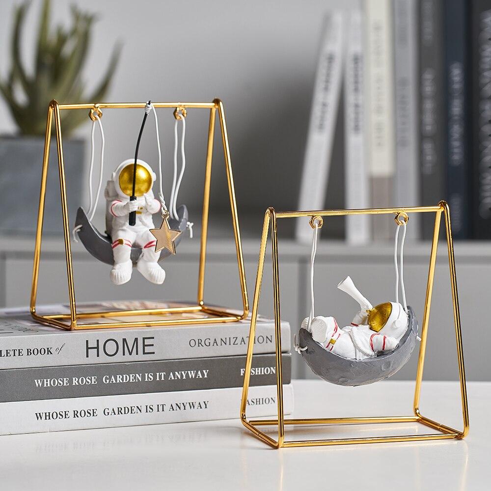 Estilo moderno resina astronauta estatuetas spaceman com a lua escultura miniaturas decorativas estátuas presente para marido & amigo