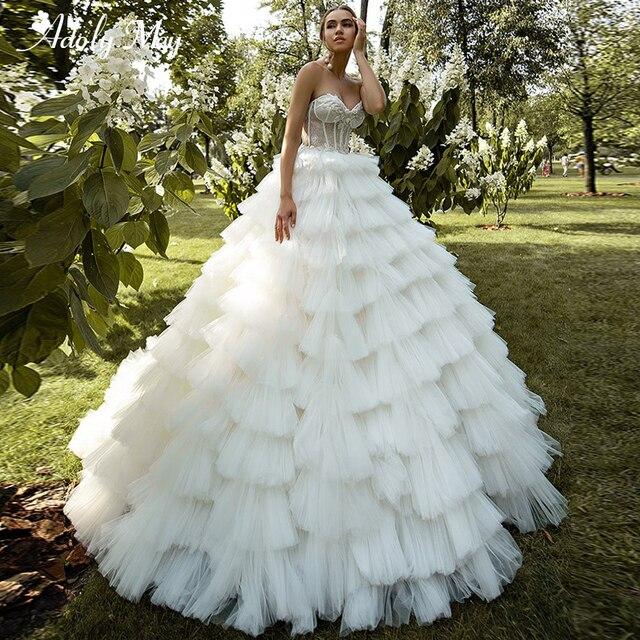 ロマンチックな恋人のネックアップリケ花嫁夜会服のウェディングドレス 2020 高級レースビーズのティアード裁判所の列車の王女の花嫁衣装