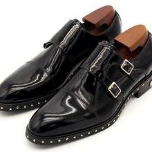 Черные модельные туфли с заклепками на ремешке; мужские свадебные туфли на плоской подошве