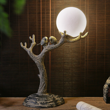 Retro dos pequeños pájaros de pie en la lámpara de mesa de árbol para la sala de estar dormitorio mesita de noche Hotel Vintage resina decoración mesa Luz