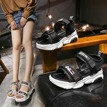 Obuwie Sandles 2021 letnie nowe damskie sandały Peep Toe damskie platformy płaskie rzymskie sandały damskie wygodne buty na platformie tanie tanio lucdust Siateczka (przepuszczająca powietrze) CN (pochodzenie) Mieszkanie (≤1cm) 0-3 cm Na co dzień podstawowe Płaskie z