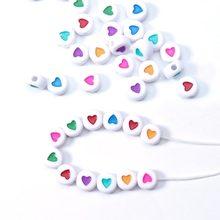 100pcs 7 millimetri Foro di 2 millimetri Distanziati Acrilico Rotondo Beads Amore Perline a Forma di Cuore per Monili Che Fanno FAI DA TE Pendenti E Ciondoli fatto a mano Commercio All'ingrosso Del Braccialetto
