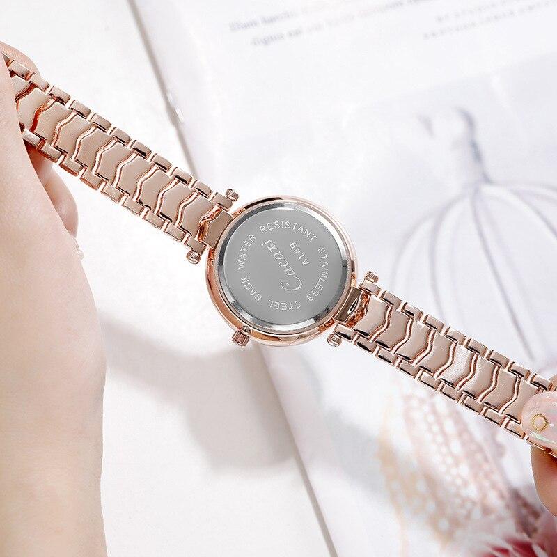 rosa ouro luminoso relógio na mão senhoras