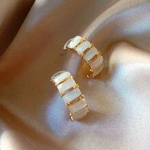 Женские маленькие серьги кольца из смолы простые с образной