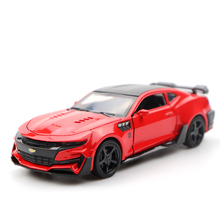 1:32 Chevrolet Comalo Red Car High Simulation Alloy Diecast Car Model Pull Back Sound Light Collection for Children's Gifts 1Pc 1 18 diecast model for nissan geniss livina red mpv alloy toy car miniature collection gifts