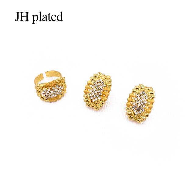 комплект ювелирных изделий золотого цвета в африканском стиле; фотография