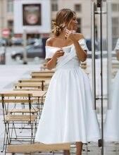 Простое свадебное платье длиной до колена с открытыми плечами