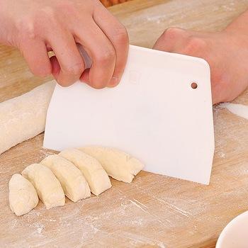Przecinacz do ciasta plastikowe ciasto szpatułki skrobak do ciasta Trapezoid chleb Pizza narzędzia do fondantów nóż do masła Multiduty White Safe Bakeware tanie i dobre opinie CN (pochodzenie) Siekacze do ciasta Ekologiczne Na stanie Cake Trapezoid Z tworzywa sztucznego CE UE 1pcs dough scraper