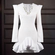 Женское облегающее платье белого цвета с v образным вырезом