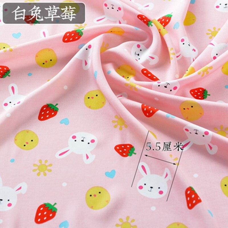 翠绿色白兔草莓