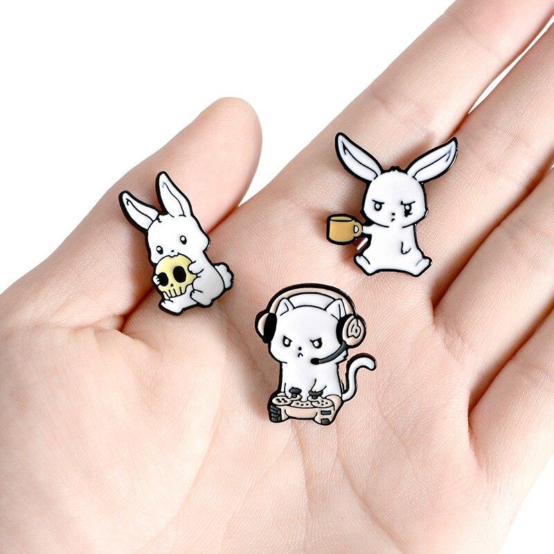Kreatywny królik emalia Pin zwierząt broszka królik grać w gry czaszka kubek do kawy odznaki torba przypinka biżuteria halloweenowa prezenty dla przyjaciół