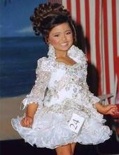 Женское короткое платье с бусинами стразами и оборками рукавом